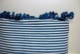 Blauw met wit kussen met franjes van gerecyclede materialen
