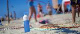 Blauwe Dopper drinkfles aan het strand