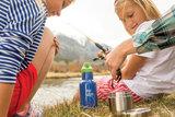 kinderen met Kid Kanteen flessen RVS