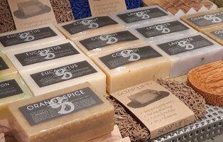 Fairtrade zeep blokken van Kanika, diverse geuren