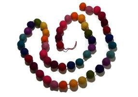 FairTrade vilten slinger van Sjaal met Verhaal, gekleurde vilt bolletjes.