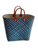 FairTrade tas van gevlochten riet. Blauwe shopper met lederen handgrepen.