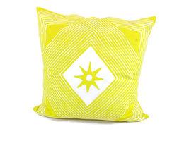 Fairtrade sierkussen met Tribal print in geel