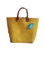 FairTrade tas van gevlochten riet. Gele shopper met lederen handgrepen.