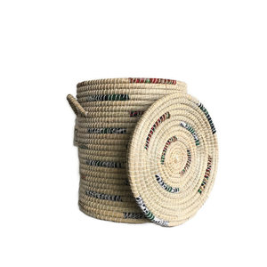Fairforward Grote ronde wasmand kaisa gras en gerecylede sari