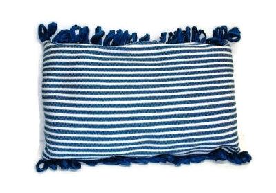 Blauw-wit kussen van gerecyclede materialen